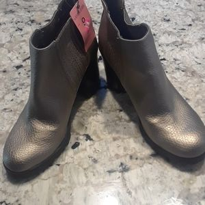 Sam&Libby  Pewter Metallic nwt ankle boots as